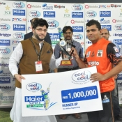 Kamran Akmal receives Runner up cash award