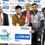Shoaib Malik receives Winner cash award