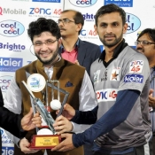Shoaib Malik receives the winning trophy