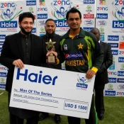 Mohammad Hafeez receives Man of the series award after winning the ODI series against Zimbabwe 2-1