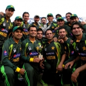 Pakistan team celebrate with the trophy after winning the ODI series against Zimbabwe 2-1