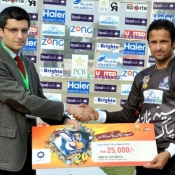 Faisalabad Wolves Asad Ali receives Man of the match award in Quarter Final against Larkana Bulls