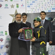 Javeria Wadood receives player of the tournament award in Qater International Women Tri-Nation tournament