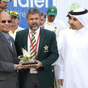 Senior Journalist Qamar Ahmed receiving his award from Moin Khan for covering his 400th Test match