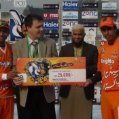 Lahore Lions captain Mohammad Hafeez receives Man of the match in 1st Semi Final against Islamabad Leopards