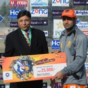 Lahore Lions captain Mohammad Hafeez receiving Man of the Match award against Bahawalpur Stags in Faysal Bank T20 cup 2013-14