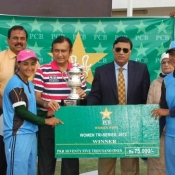 Dr. Syed Mohammad Ali Shah, Sport Minister Government of Sindh giving away the Winners trophy to Laser's captain Bismah Maroof