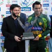 Pakistan captain Mohammad Hafeez receives winning Trophy after won the T20 series 2-0 against Zimbabwe at Harare