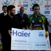 Pakistan captain Mohammad Hafeez receives winning bonus after won the T20 series 2-0 against Zimbabwe at Harare