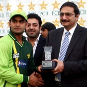 PCB Chairman Ch. Zaka Ashraf awarding the winning trophy to Mohammad Hafeez