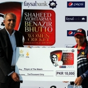Ayesha Zafar receives Player of the match award in Sind v Baluchistan match